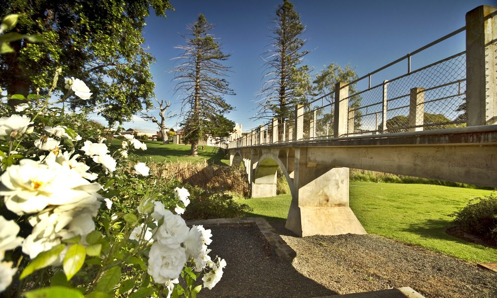Strathalbyn Soldiers Memorial Garden bridge (4)
